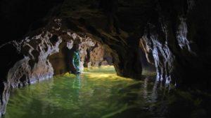 Esploratore in una grotta del Buso della rana