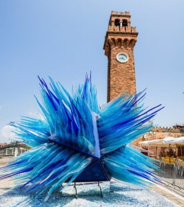 Tour alle isole di Venezia: scultura in vetro nel centro di Murano