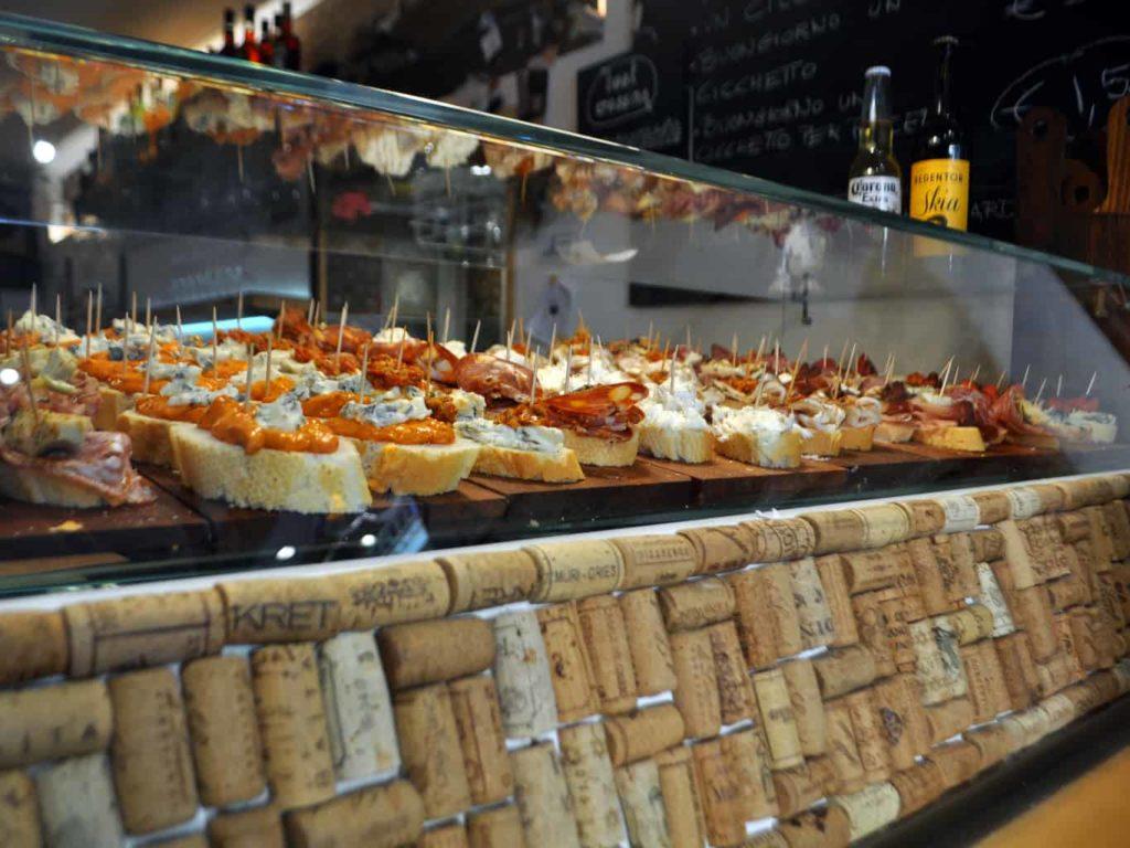 Vetrina di un Bacaro di Venezia con i tipici cicchetti