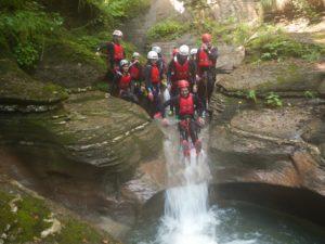 gruppo di amici che fa canyoning