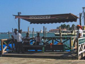 Venezia. Gondolieri allo stazio