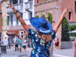 Venezia. portare cappello in vacanza
