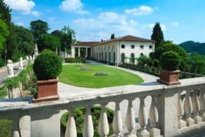 Veduta della foresteria e il giardino all'italiana dal balcone della facciata sud della villa
