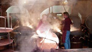 Distillatore lavora per produrre la grappa