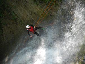 Discesa con la corda facendo Canyonig nevegal in Veneto