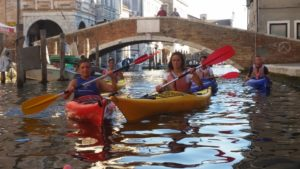 due persone in canoa a venezia