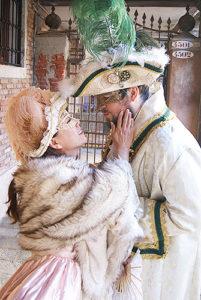 Photoshoot romantico in abito del carnevale veneziano