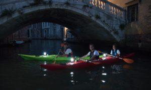 persone in kayak a venezia di notte