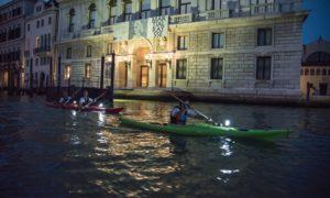 esplorazione di venezia in kayak di notte