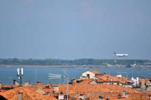 Arrivo in aereo all`aeroporto per visitare Venezia