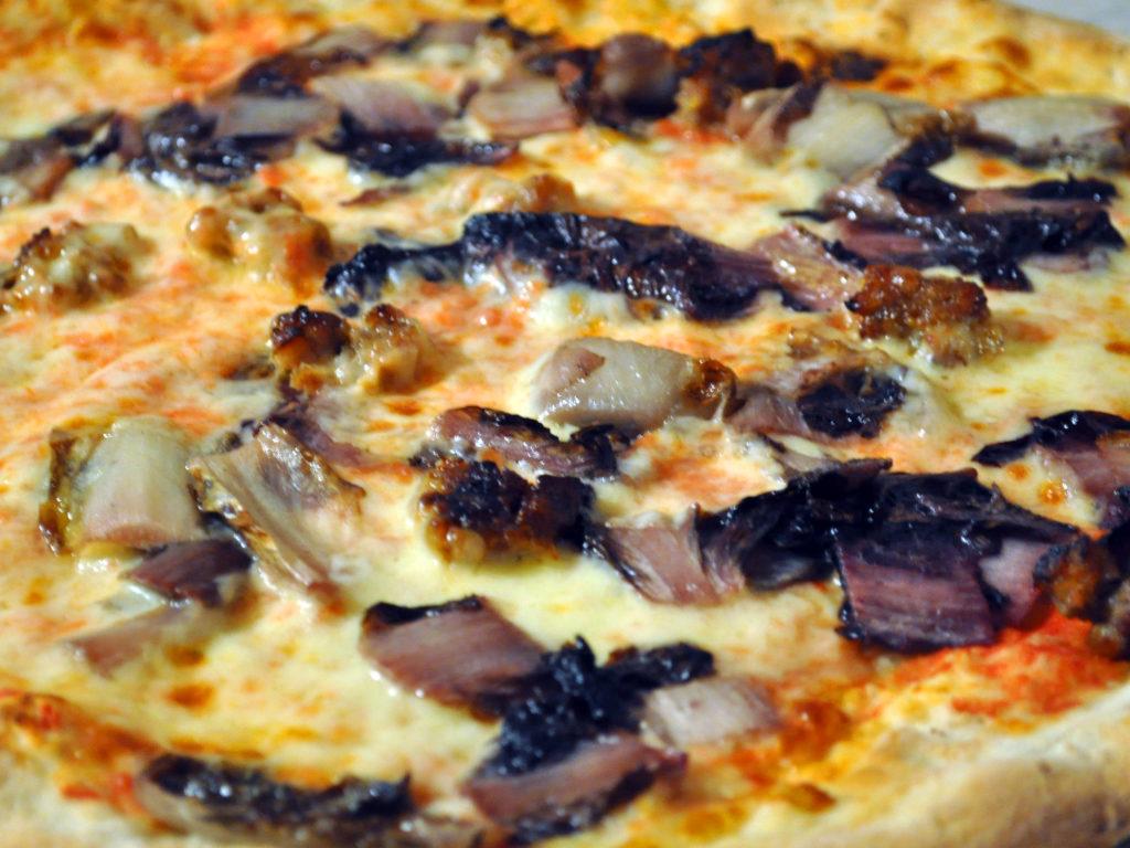 Pizzeria a Venezia. Pizza salsiccia e radicchio