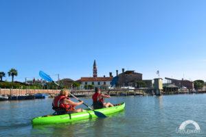 due turisti in kayak nella laguna di cavallino