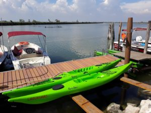 due kayak ormeggiati sulla sponda della laguna