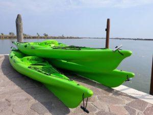 kayak verdi pronti per essere noleggiati