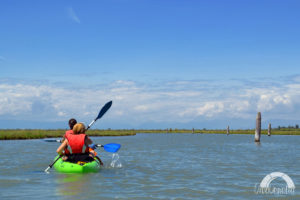 due persone pagaiano in un kayak verde nella laguna nord