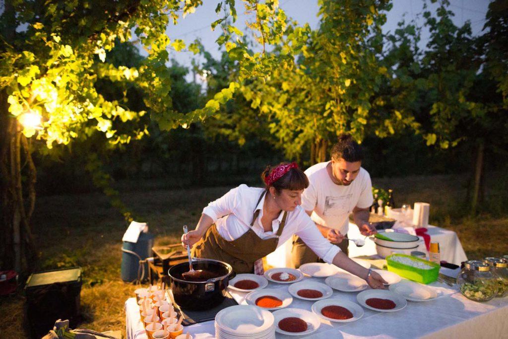 donna e ragazzo che preparano dei piatti