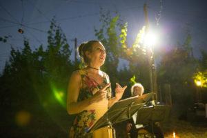 donna che recita poesie in una vigna