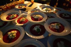 piatti con pomodoro basilico e mozzarella