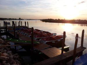 tramonto in laguna con barchette elttriche