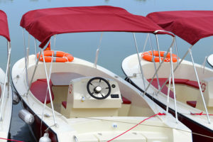 barca elettrica bianca e rossa ormeggiata al mare
