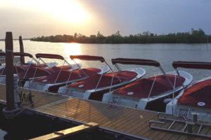 barchette elettriche con tramonto in laguna