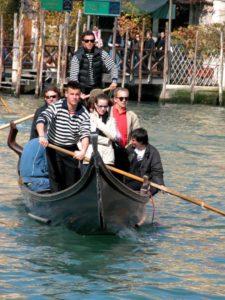 Persone a bordo di una gondola traghetto