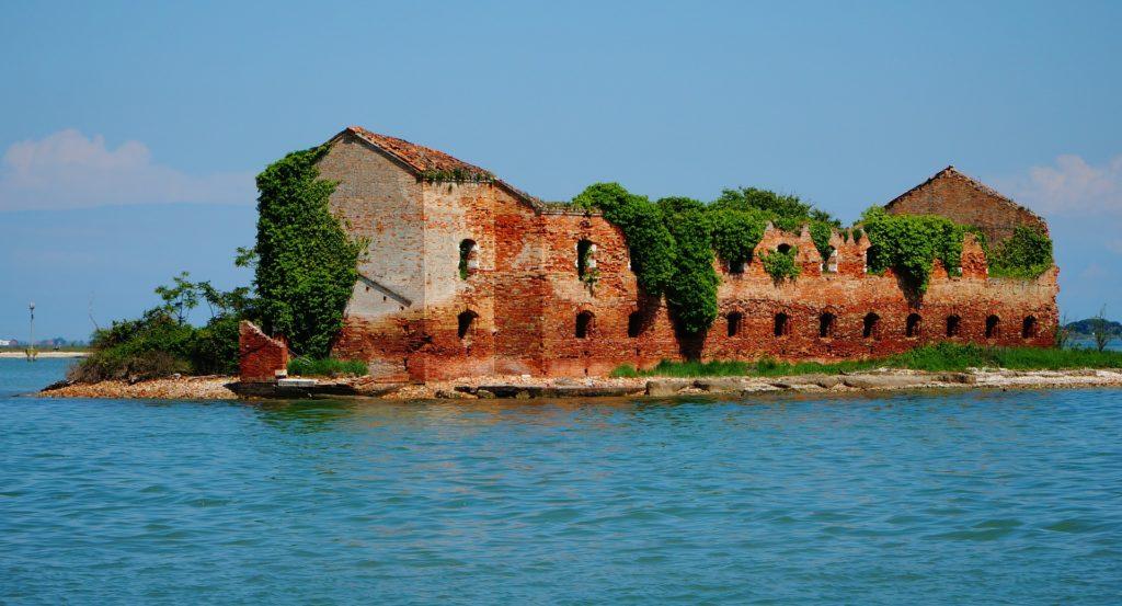 isola abbandonata nella laguna veneta