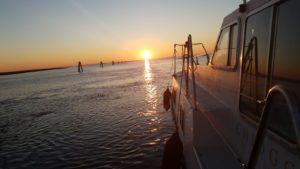 barca tramonto laguna